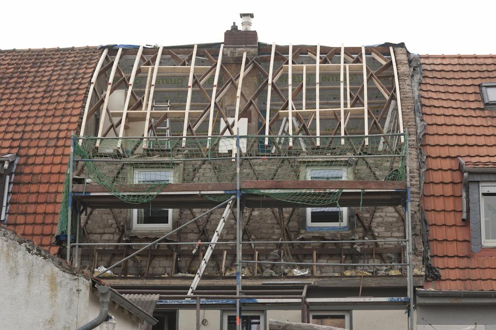 Ein abgedecktes Zollingerdach gibt Blick auf Konstruktion frei.